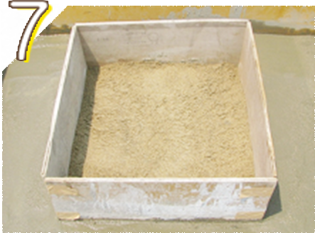納骨室(カロート)部分に新しくきれいな真砂土を入れます。