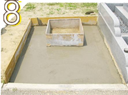 基礎工事の完成です。当社ではこの状態でコンクリートが完全に固まるまで1週間程度の養成期間を経て墓石工事に取り掛かります。