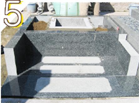 大切な納骨室(カロート)部分は御影石の組石で設置します。この上に約800キロもある石碑を据付るのでブロックを使用した施工はNGです。